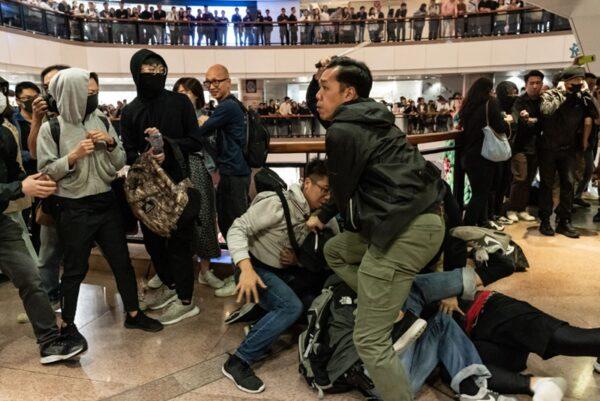 Đêm Giáng Sinh không bình an, cảnh sát Hồng Kông điên cuồng bắt người (ảnh 4)