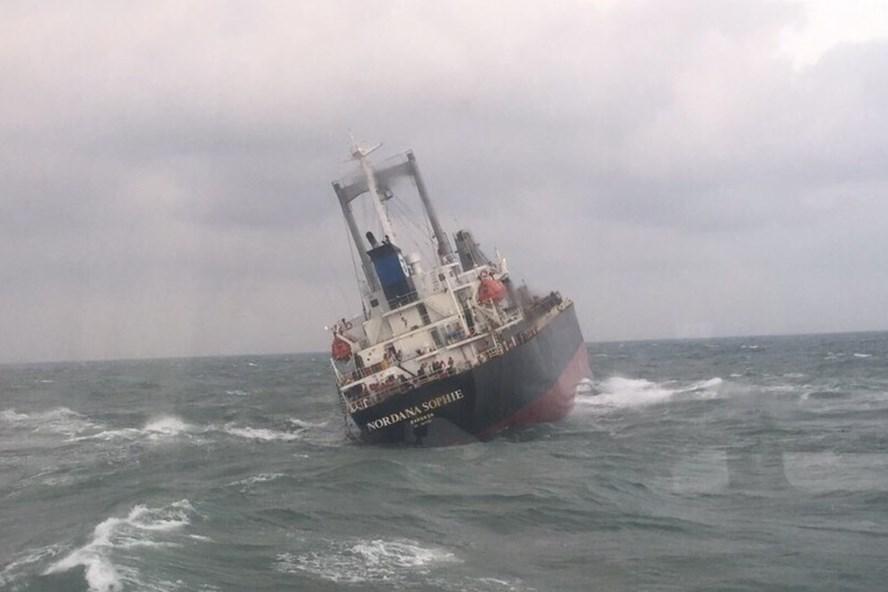 Hà Tĩnh: Tàu 9000 tấn chìm, 180 tấn dầu đang tràn ra biển- ảnh 1