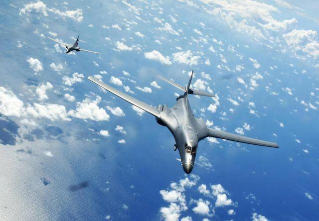 Hai máy bay ném bom B-1B của Không quân Mỹ cất cánh từ căn cứ không quân Andersen trên đảo Guam bay qua Biển Đông năm 2017.