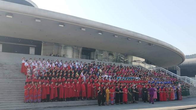 Hàng trăm người Trung Quốc tụ tập, trình diễn trang phục trái phép ở Hạ Long.