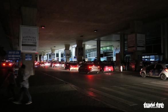 Lúc 2h40, ánh sáng của hê thống đèn khẩn cấp khu ga đến quốc tế mới được bật lên. (Ảnh qua tuoitre)