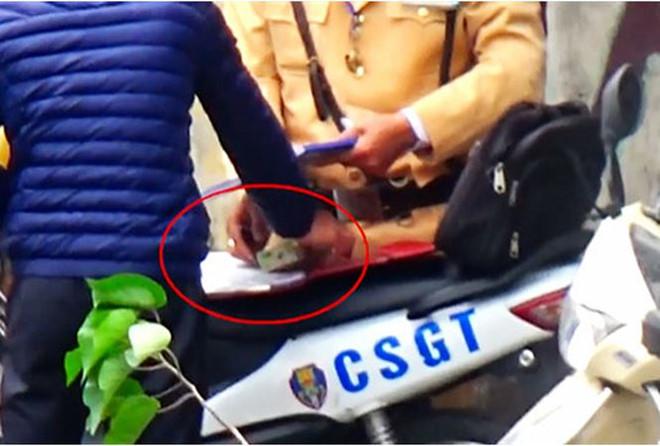 Hình ảnh CSGT nhận hối lộ. (Ảnh qua tienphong)