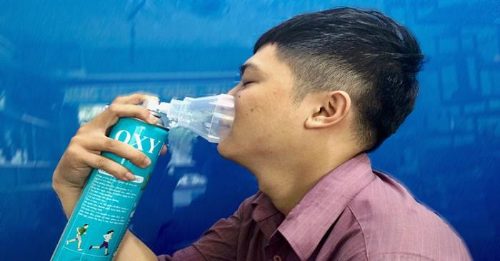 HN-SG:Ô nhiễm không khí trầm trọng, người dân đổ xô đi mua bình oxy về để thở-ảnh 2