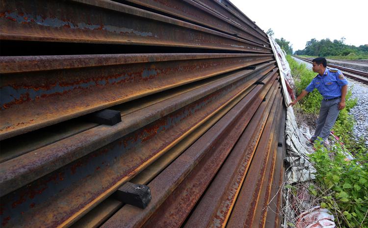 Hơn 20 nghìn thanh ray và cả tấn bu lông, ốc vit với trị giá trên 300 tỷ đồng bị hoen gỉ khi chất đống ở nhà ga Đông Triều (Quảng Ninh). (Ảnh qua vnexpress)