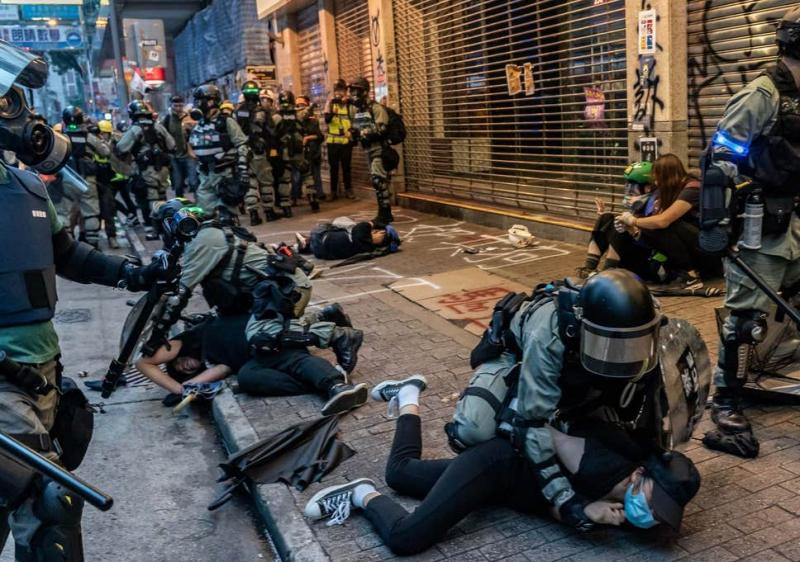 Trong cuộc đấu tranh dân chủ này, dấu ấn của các vụ bắt người bừa bãi của cảnh sát là rất khó xóa nhòa.