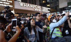 Hồng Kông: Uỷ viên hội đồng dân chủ quận buộc cảnh sát phải lùi bước