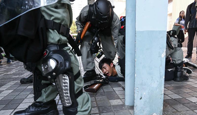Ngày 11/11, cảnh sát Hồng Kông xông vào nhiều trường đại học bắt giữ sinh viên.