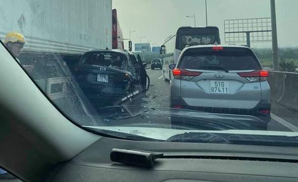 Vụ tai nạn khiến các phương tiện nằm chắn trên cao tốc, giao thông qua khu vực kẹt xe kéo dài.