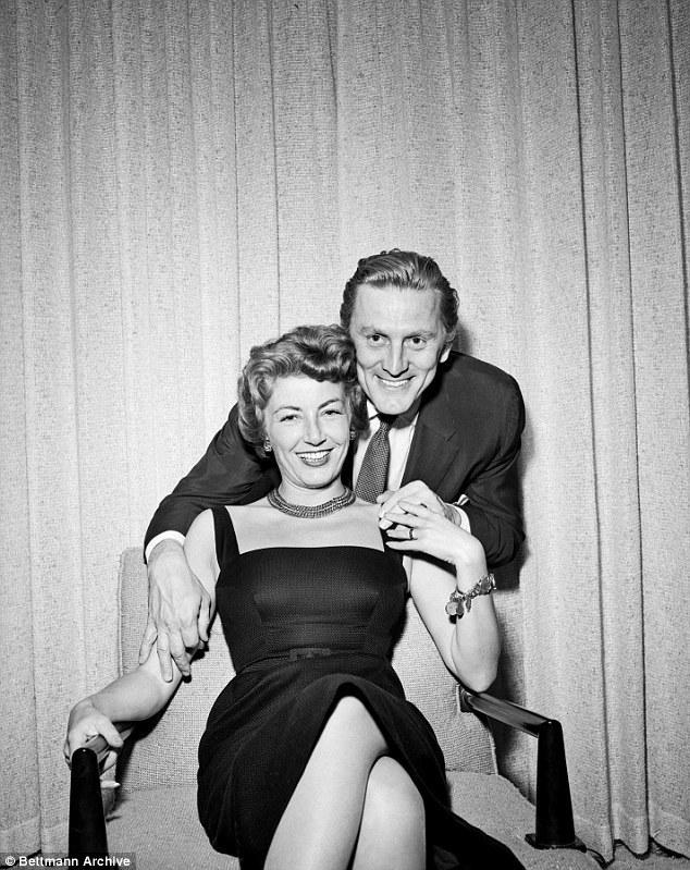 Tình yêu 65 năm không đổi của cặp trai tài gái sắc nổi tiếng Hollywood