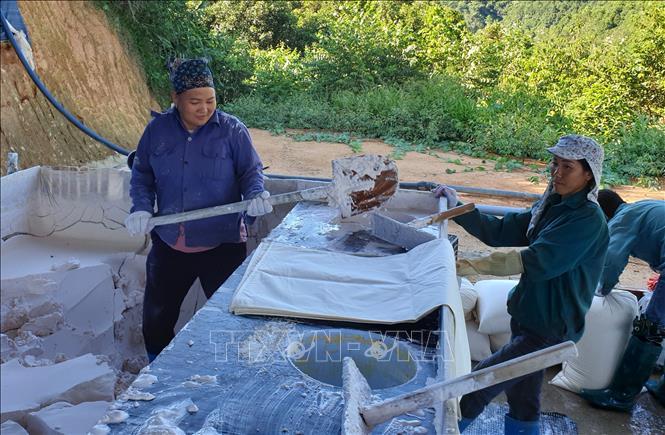 Công nhân Công ty CP Khánh An lấy mẫu quặng đất hiếm trước khi đưa đi phân tích.