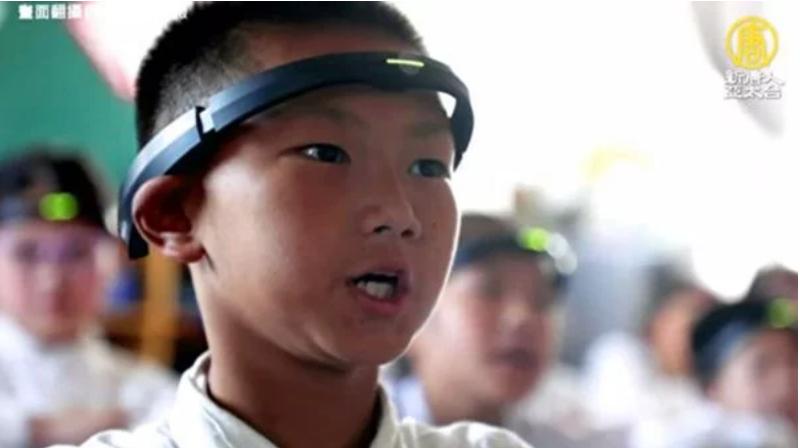 """Trường học ở Trung Quốc sử dụng """"Vòng điện não đồ"""" để theo dõi biểu hiện của học sinh. (Ảnh: NTDTV)"""