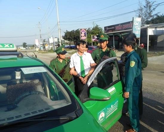 Lực lượng chức năng bắt quả tang đối tượng lái xe taxi vận chuyển trái phép chất ma túy.