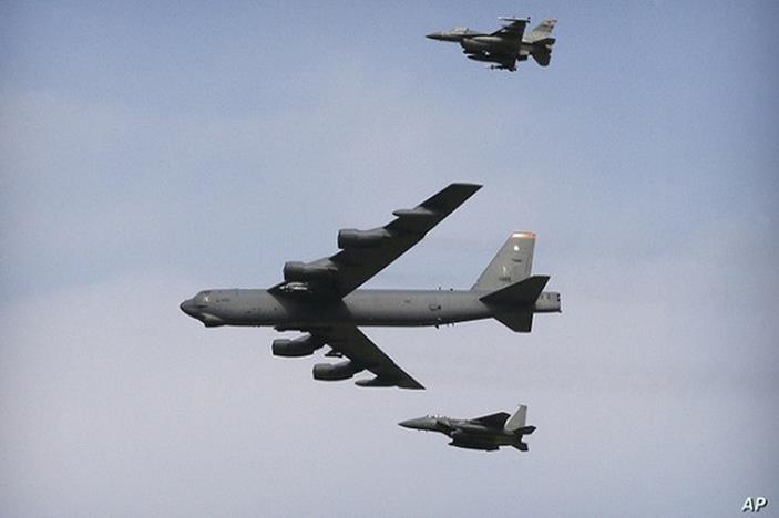 Máy bay ném bom B-52 của Mỹ bay trên vùng trời Biển Đông.