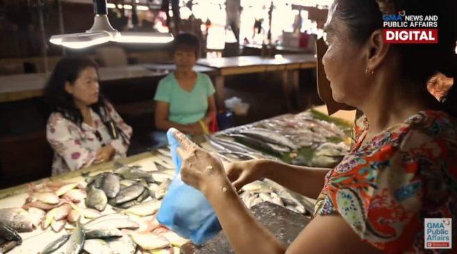 Mẹ vất vả bán cá 12 tiếng mỗi ngày để nuôi con học trường Y