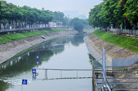 Một đoạn sông Tô Lịch được lắp đặt công nghệ Nano-Bioreactor Nhật Bản. (Ảnh qua nld)