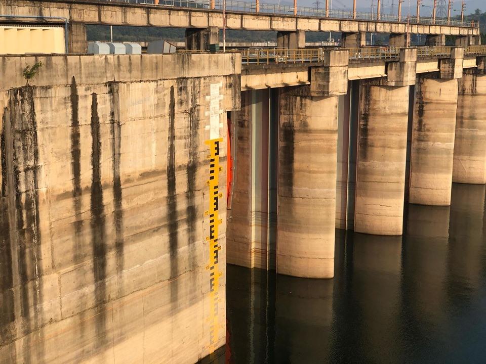 Mực nước hồ thủy điện Hòa Bình đang ở mức rất thấp.