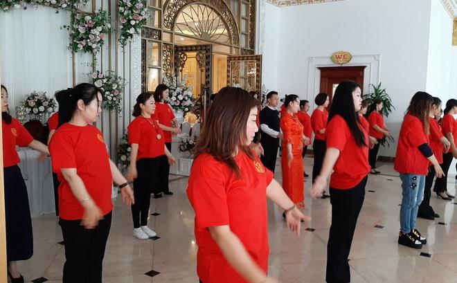 Nhóm người Trung Quốc tập múa ở sảnh tiệc cưới.