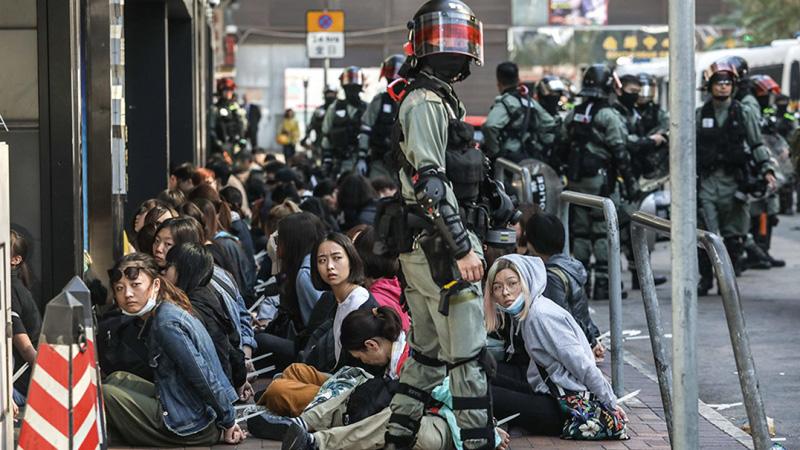 Ngày 18/11, cảnh sát Hồng Kông bắt người khắp nơi, một số lượng lớn người dân bị bắt giữ.