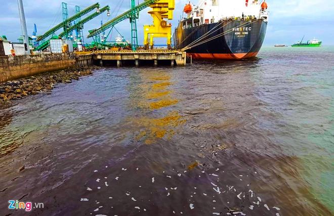 Nước biển bị nhuộm đen quanh cảng xuất khẩu dăm gỗ Hào Hưng, Khu kinh tế Dung Quất (Quảng Ngãi)