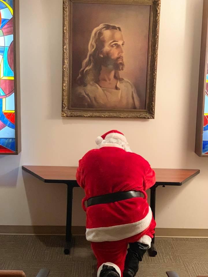 'Ông già Noen' quỳ gối cầu nguyện cho bệnh nhi trước hình chúa Jesus