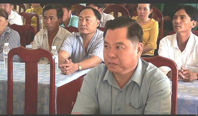 Ông Trần Văn Lịnh (ngồi, hàng trước) tại cuộc họp ở xã Vĩnh Hậu.