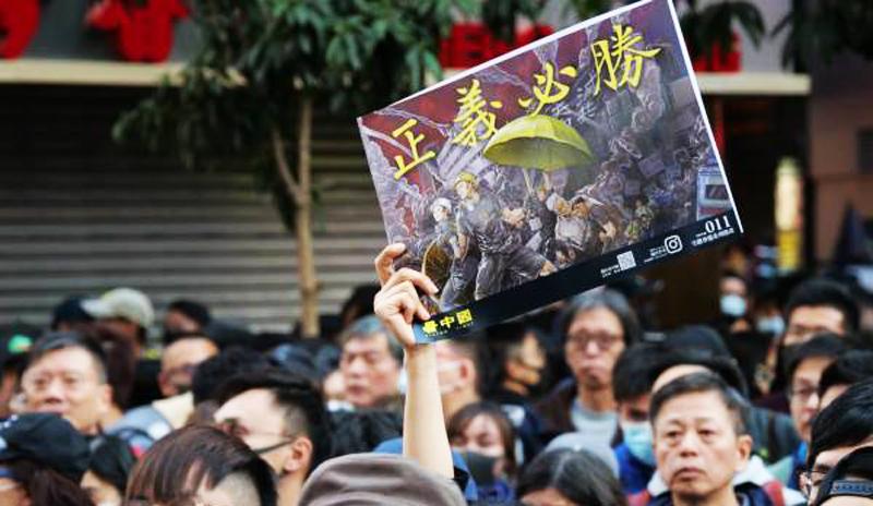 Người Hồng Kông đang đứng ở ranh giới khi mà sự ổn định cũ bị phá vỡ, còn sự cân bằng mới chưa hình thành, chỉ có một sự lựa chọn duy nhất đó là đồng tâm hiệp lực, kiên định ý chí, chuẩn bị về tư tưởng cho một cuộc đấu tranh lâu dài.