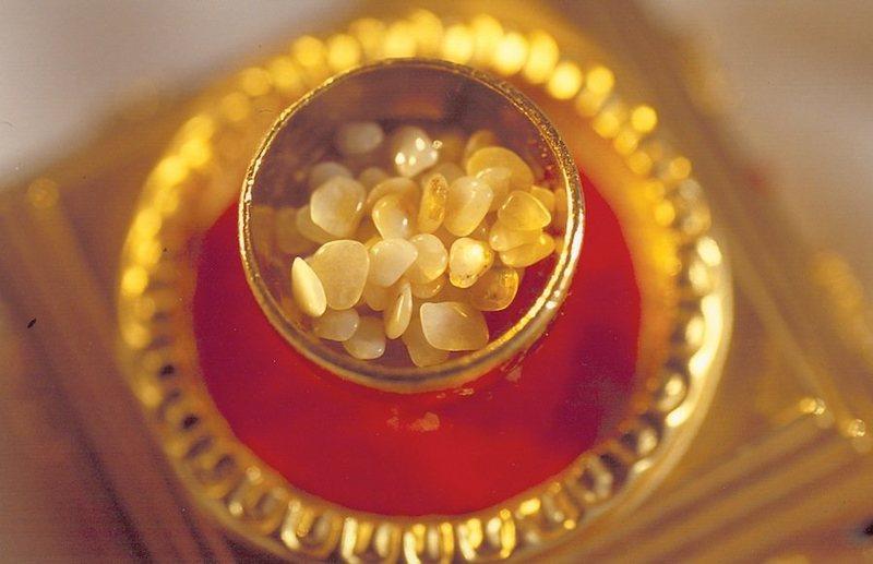 Phát hiện 5 hình tượng Phật trên hạt xá lợi khi nhìn dưới kính hiển vi - ảnh 3