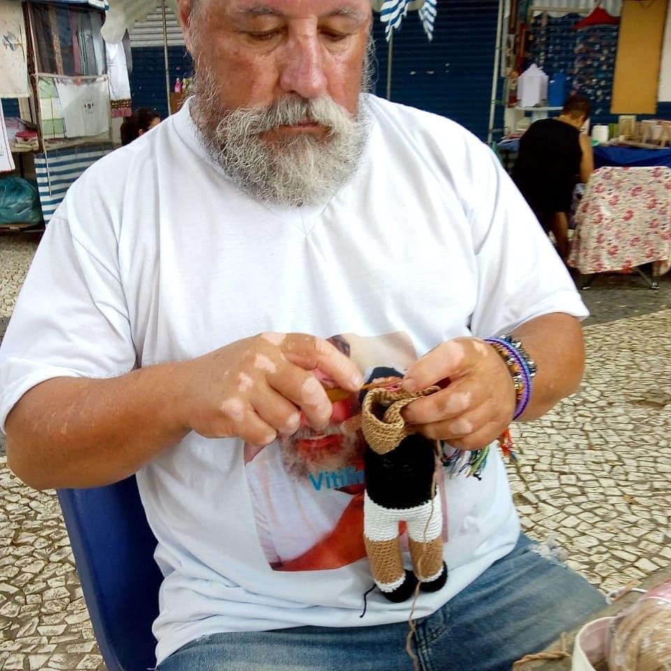 Ông lão đan búp bê có màu da loang lổ nhằm giúp trẻ em bị bệnh bạch biến tự tin hơn