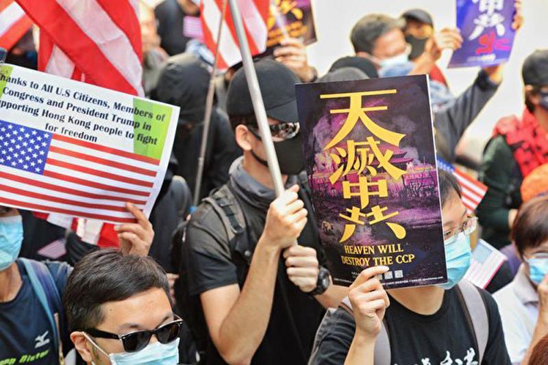 Người biểu tình cầm biểu ngữ Trời diệt Trung Cộng
