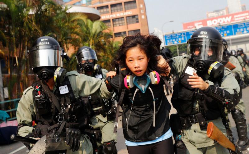 Trong dịp Giáng sinh, cảnh sát Hồng Kông mặc thường phục ở khắp nơi, cuồng bắt người ở các trung tâm thương mại