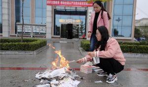 Trung Quốc: Một thư viện cho đốt tất cả ấn phẩm tôn giáo hoặc khuyến khích chống lại ĐCSTQ