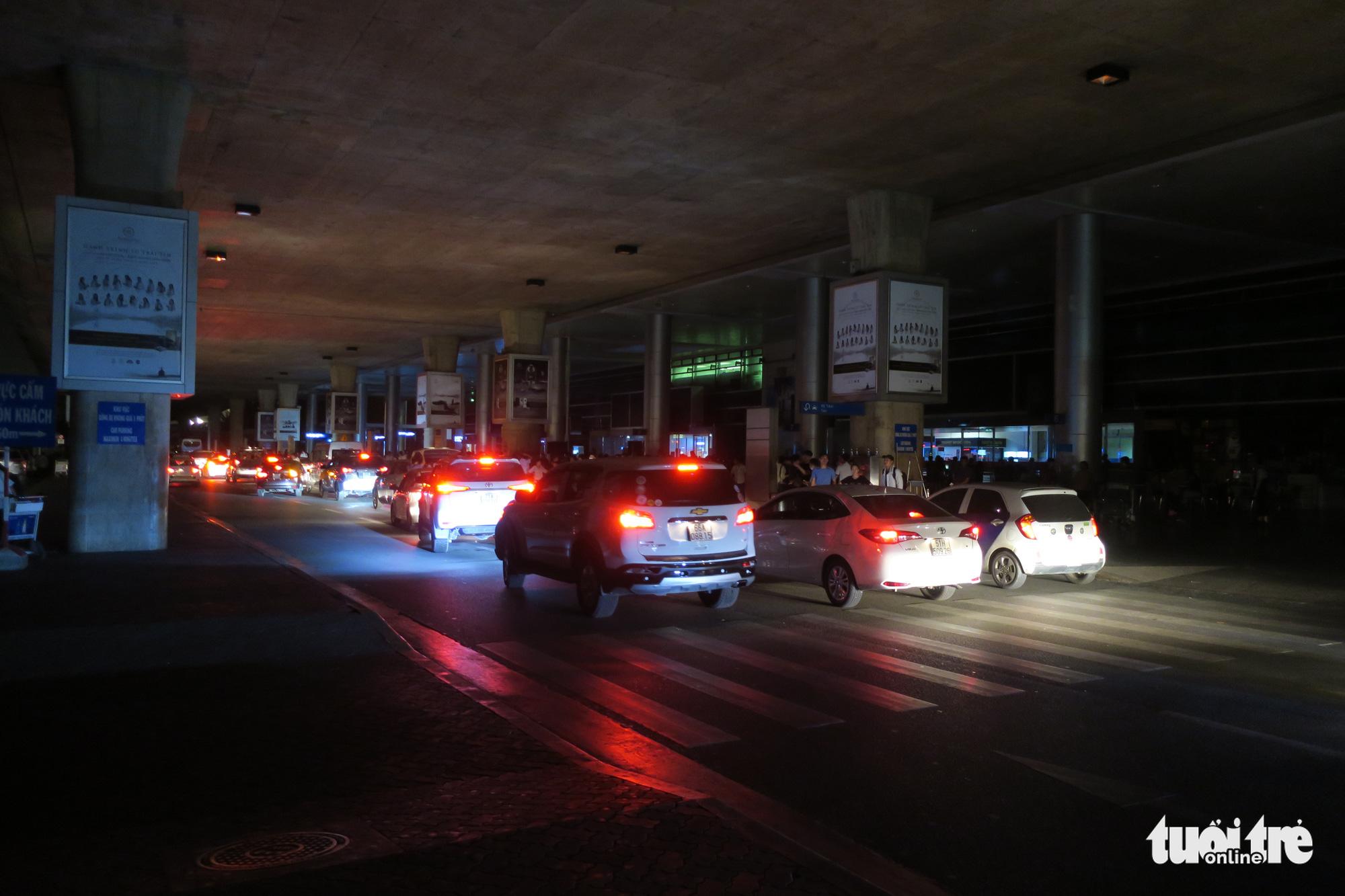 Khu vực ga quốc tế sân bay Tân Sơn Nhất bất ngờ bị cúp điện.