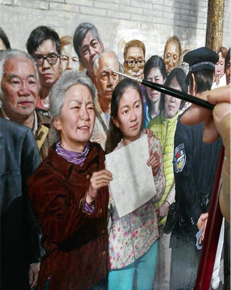 """Họa sĩ Khổng Hải Yến đã vẽ gần 400 bức chân dung người thật trong tác phẩm """"Ngày 25 tháng 4 năm 1999"""" của bà."""