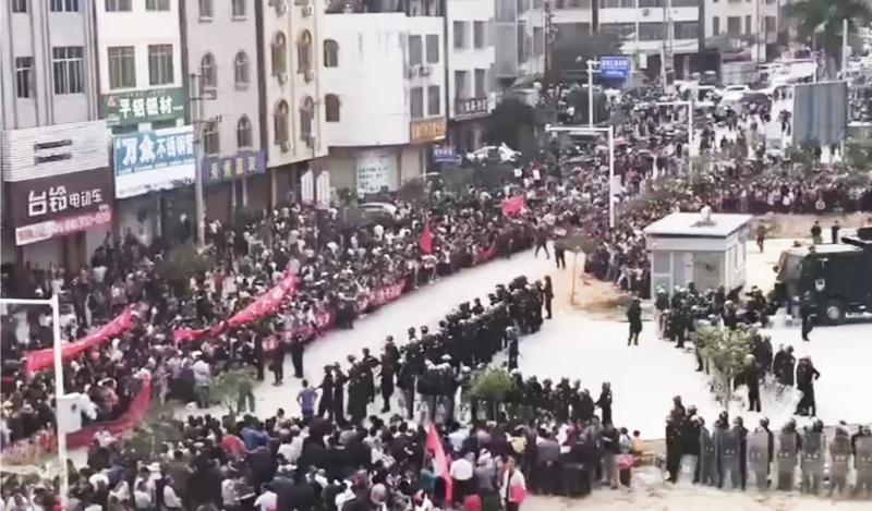 cảnh sát chống bạo động Trung Quốc đang có mặt tại thị trấn Wenlou, tỉnh Quảng Đông - Ảnh: SCMP