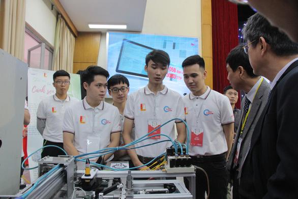 Sinh viên Ngoại Thương và Bách Khoa chế tạo thành công máy lấy tơ sen-ảnh 1