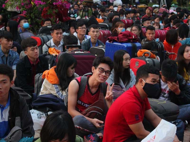 Hàng ngàn sinh viên đợi xe miễn phí tại TP.HCM năm 2019.