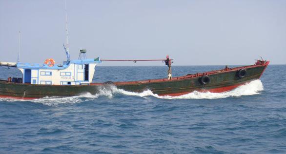 Tàu Trung Quốc khi bị phát hiện vi phạm thường có hành vi chống đối, bỏ chạy gây khó khăn trong công tác tuần tra, kiểm tra, kiểm soát của cơ quan giám sát phía Việt Nam. (Ảnh qua tuoitre)