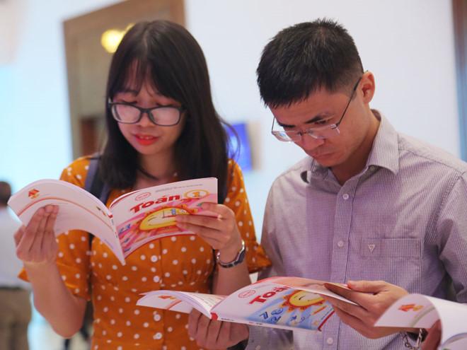 Giáo viên tham khảo các bộ sách giáo khoa mới do NXB Giáo dục Việt Nam công bố. (Ảnh qua thanhnien)