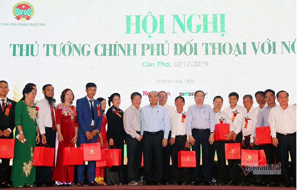 Thủ tướng Nguyễn Xuân Phúc tặng quà cho các nông dân tiêu biểu của cả nước. (Ảnh qua vietnamnet)