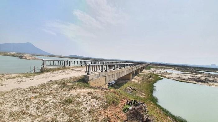 Toàn cảnh cầu dân sinh thuộc dự án Tách nước phân lũ phòng chống ngập úng cho các xã phía Nam huyện Kỳ Anh giai đoạn 2.