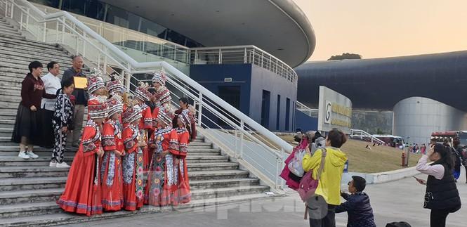 Trang phục của các dân tộc Trung Quốc được phô diễn ngay giữa trung tâm thành phố Hạ Long khiến người dân không khỏi băn khăn về mục đích của sự kiện này.