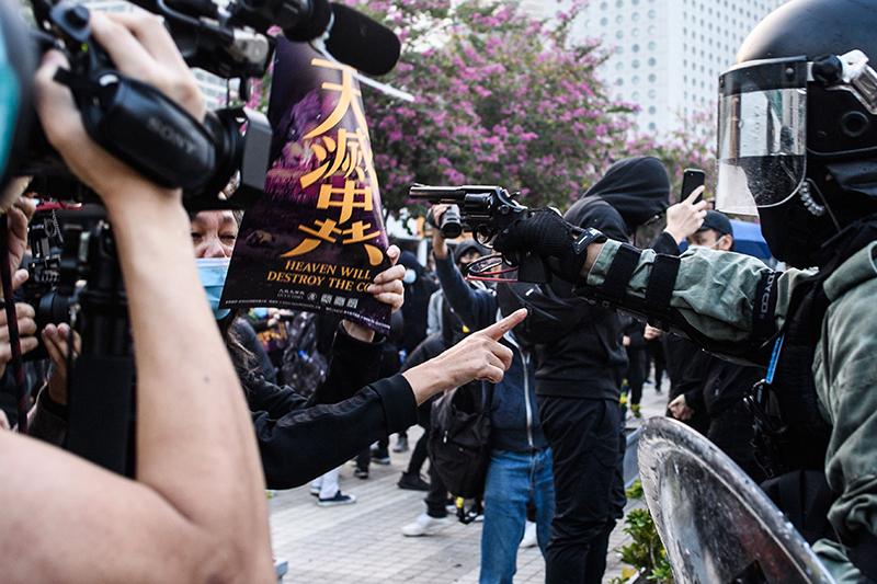 """Người Hồng Kông giơ cao khẩu hiệu """"Trời diệt ĐCSTQ"""" kháng nghị (ảnh 1)"""