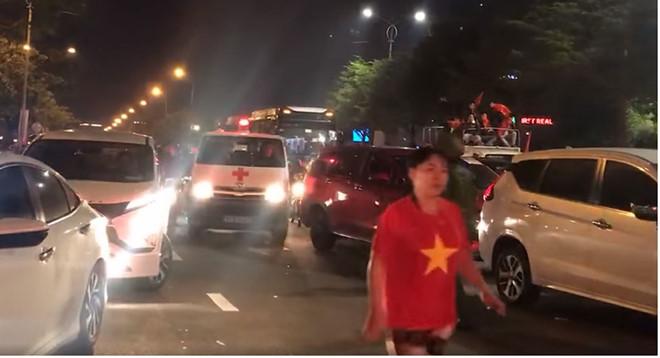 Mở đường nhường lối giúp xe cấp cứu vượt vòng vây.