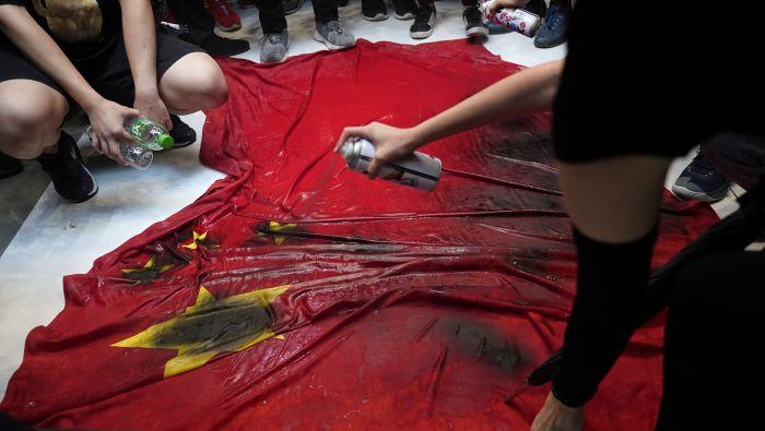 Bé gái 13 tuổi Hồng Kông bị phạt 1 năm quản chế vì đốt 'lá cờ 5 sao' (ảnh 3)