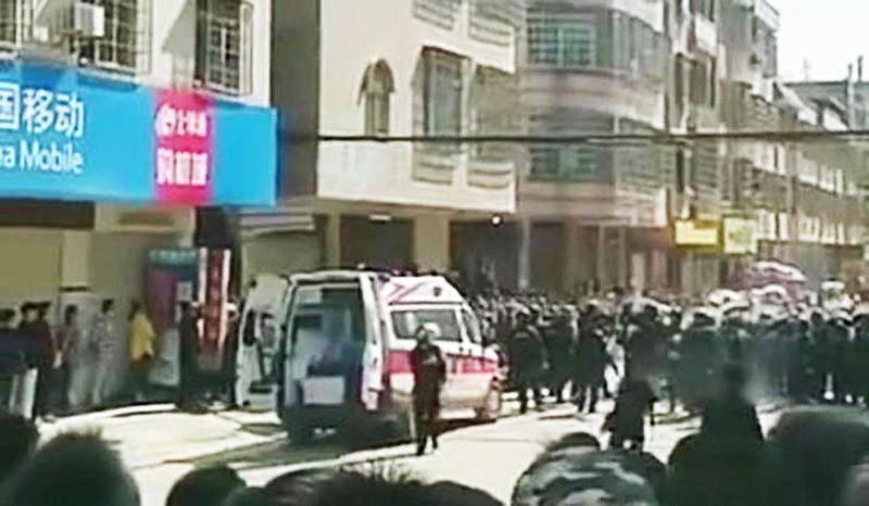 Cảnh sát chống bạo động được triển khai để trấn áp người biểu tình
