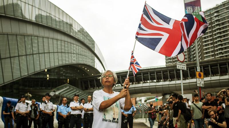 """Bức ảnh cho thấy """"Vương bà bà"""" thường vẫy cờ Anh trên tiền tuyến trong những ngày đầu của chiến dịch."""