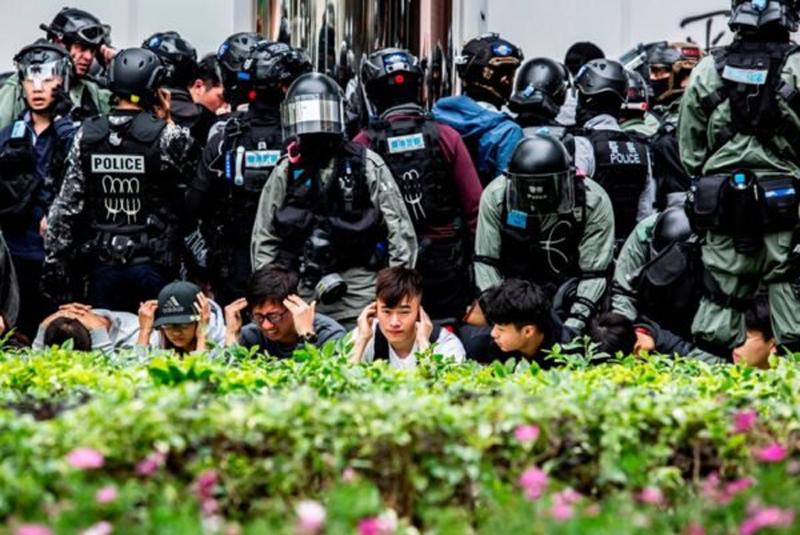 Có ít nhất khoảng một trăm người bị cảnh sát chặn lại và kiểm tra, họ đều bị cảnh sát yêu cầu quỳ trên mặt đất.