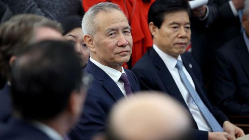 """Phó Thủ tướng Trung Quốc Lưu Hạc đã gặp ông Trump khi ông Trump công bố thỏa thuận thương mại """"giai đoạn một"""" với Trung Quốc tại Nhà Trắng hôm 11/10/2019 ở Washington."""