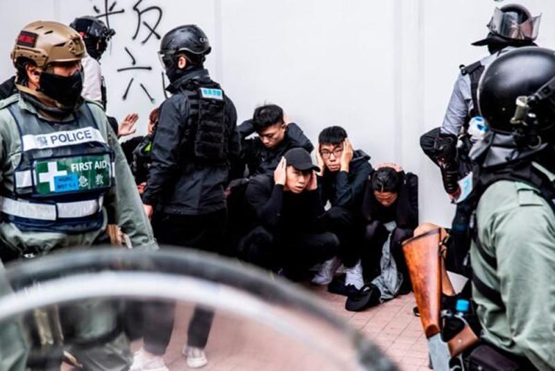Cảnh sát tái diễn cuộc vây bắt quy mô lớn tại Sheung Shui, bắt giữ hàng trăm người biểu tình.