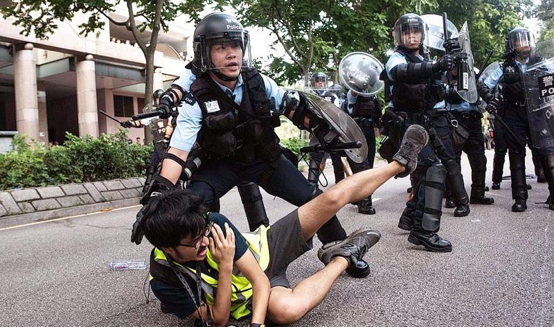 Cảnh sát Hồng Kông ngày càng thăng cấp trong việc trấn áp người biểu tình, ngay cả người không có liên quan gì cũng bị bức cung